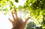 Một bàn tay che khuất bầu trời